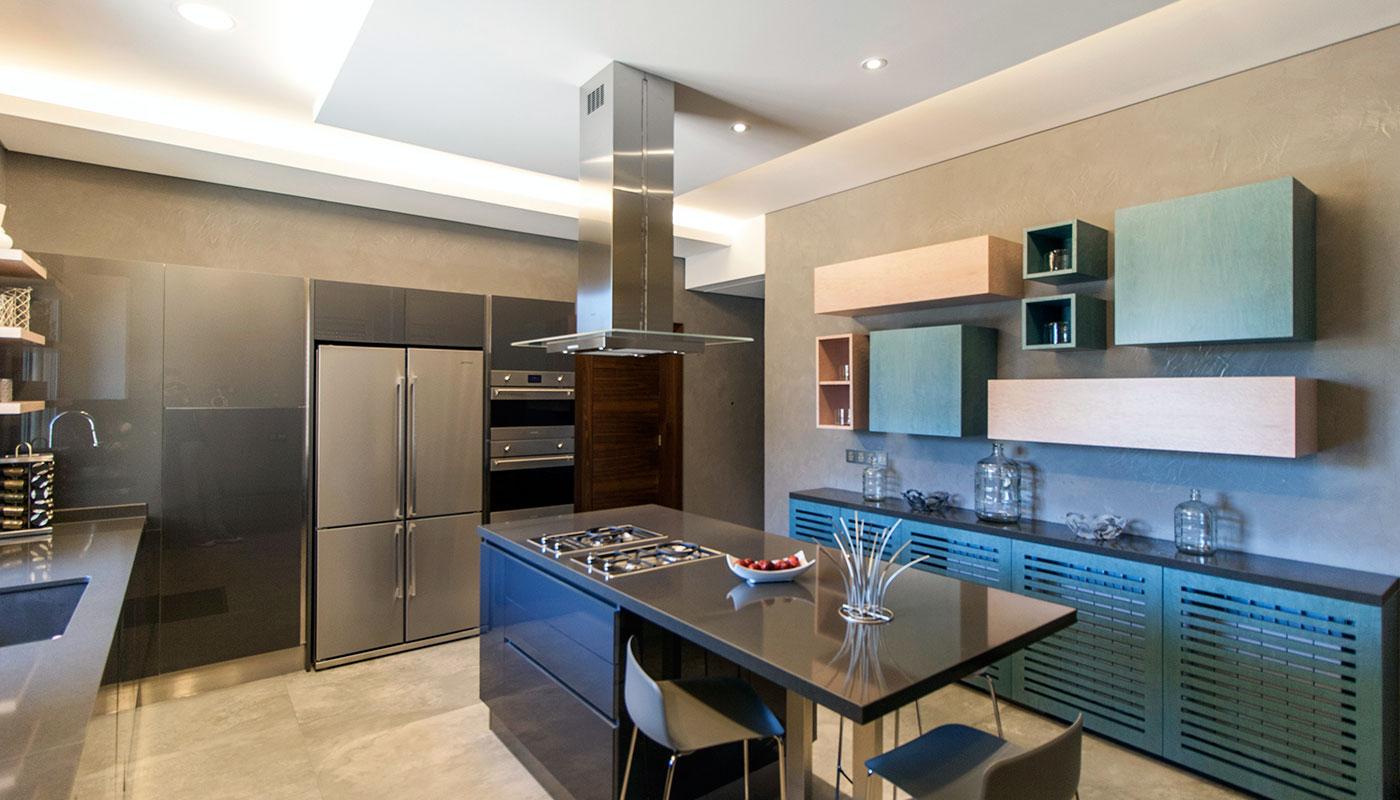 Private Villa - Modern Dyed Veneer Kitchen - Maisons et ...
